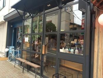 """2011年、茶沢通り沿いにオープン。ご町内の「Cafe Obscura」とは一線を画した""""立ち飲み""""専門の店。ひょいと腰かけられるベンチもあります。お隣のブルーの扉は、ユニークなステーショナリーを扱う「デスク・ラボ」。"""
