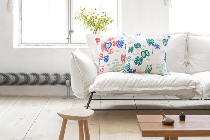 チョウチョの模様が春にぴったりなクッションカバー。グリーンやブルー、レッドの明るいカラーはお部屋の差し色にもぴったり。上品で優しい雰囲気のお部屋を演出できます。