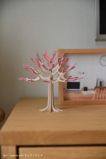 パズルのようにピースを組み立てて作る桜の木デザインのオブジェ。ちょこんと飾るだけで、春らしさを感じさせてくれます。控えめのサイズ感がかわいらしくて◎