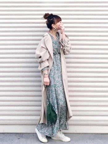 トレンチコートに花柄のワンピースを外しアイテムとして使ったワンランク上の着こなし。スニーカーを合わせることで、甘くなりがちな着こなしを辛口にシフトしてくれます。