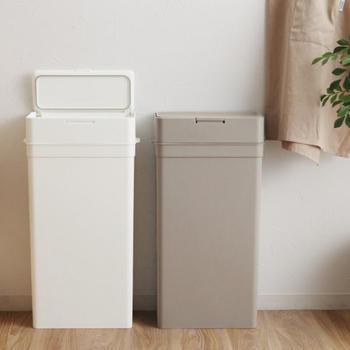 白とグレーのシンプルなゴミ箱は、なんと蓋をすることでニオイを密閉してくれるというアイテム。メインゴミ箱の他にキッチンのゴミや赤ちゃんのオムツなど、少しニオイが気になる物専用で設置してもよさそうですね。分解できるので、お手入れが簡単なのも◎