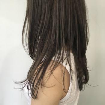 ヘアオイルを使って、艶っぽさを出してあげると何もしていなくても、今っぽく見えるから嬉しい。多めにオイルを付けてあげると濡れ髪ヘアーになってヘルシーな印象に。