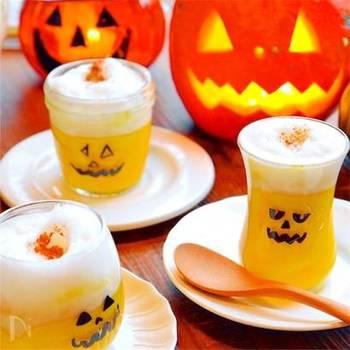 ふわふわ頭がかわいい、パンプキンのおばけ風かぼちゃのスープです。子供たちが集まるハロウィンパーティーのメニューに加えてみてくださいね。