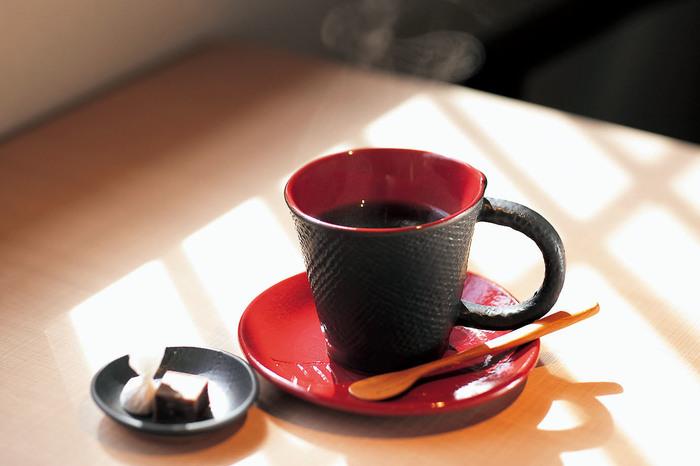 金沢生まれの自家焙煎コーヒー専門店「金沢屋珈琲店」は、地元の人たちにも愛されている人気店。こちらではお店の味をそのまま自宅で味わえるドリップバッグが販売されています。中には、なんと金沢の伝統工芸金箔入りのものも!店舗販売はもちろん、オンラインでも購入できますよ。