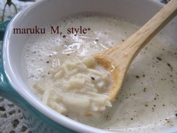 エノキは今や一年中手に入れることができるため、旬が分かりにくいですよね。でも実は天然物のエノキの旬は10月~11月の秋なんです。シャキシャキした歯ごたえが嬉しい、エノキと豆乳のヘルシーなスープです。