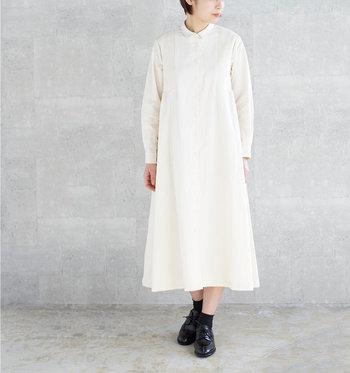 白と言ってもやわらかな生成り色で、チャレンジしやすいワンピース。裾がふわっと広がる女性らしいデザインで、あえて一枚でさらりと着こなしたい。