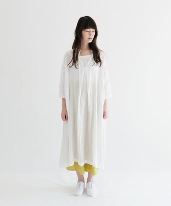 清楚でさわやかな印象から、女性なら誰もが憧れる「白のワンピース」。着てみたいけれど、季節やシーンが限定されそう…と感じて敬遠している方も多いようです。