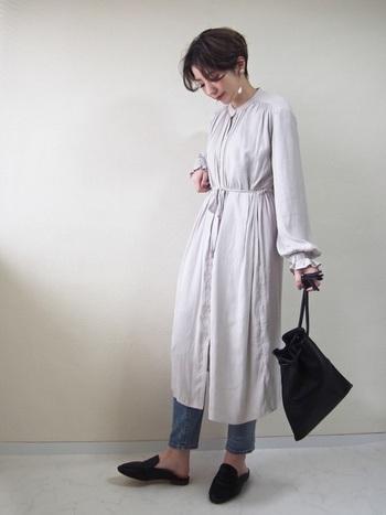 柔らかで女性らしいブラウジングのシャツワンピースには、あえてデニムを合わせてカジュアル感をプラスしてあげるとワンランク上の着こなしに。黒の小物で引き締めれば、メリハリのあるコーディネートが完成します。