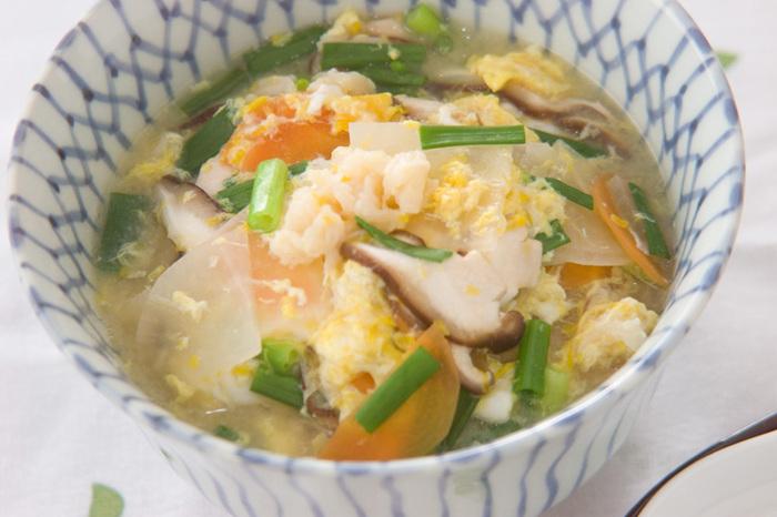 ホタテの缶詰を使って、簡単に作るスープかけご飯。ホタテ缶の汁も使用していますので、味に奥行きがあり、本格的なおいしさを楽しめます。野菜もたっぷりで体によさそうですね。