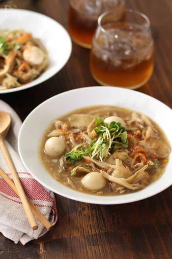 カット野菜パックやツナ缶、めんつゆなど、手軽な材料でささっとできるスープかけご飯。水溶き片栗粉でとろみをつけて、とろ~りあんかけ風に仕上げています。