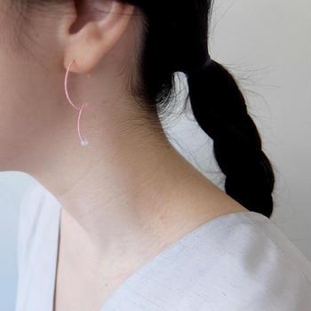 職人さんによって染められたシルクの色や金属などを使用し、一点一点心をこめて手作業で作られています。肩の力を抜いて楽しめる大人のジュエリーです。