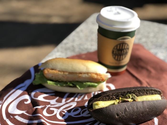 公園でのびのびといただくパンは、おうちで食べるときとは少し違う幸せの味。休日に早起きして訪れたり、夕方の帰り道にふらりと訪れたり…というように、時間帯によって変わる公園の表情と、パンの組み合わせを楽しむのもおすすめです。ぜひ、お気に入りの公園とパン屋さんを探しに出かけてみてくださいね。