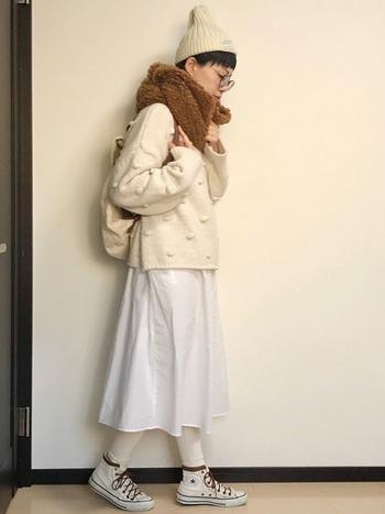 白いワンピースに、アイボリーのニットを合わせて。全身をホワイト系でまとめていますが、靴ひもやリュックの肩紐など所々にブラウンの小物をちりばめて、計算されています。