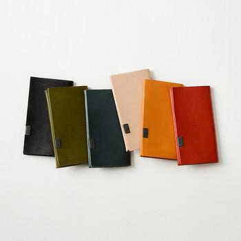 革の風合いを楽しめるレザーの名刺入れなら、シンプルなのにおしゃれ。カラーも豊富なので、好きな色を選べるのも嬉しいポイントですね。