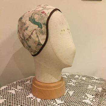 表地にフラワープリントのヴィンテージファブリックを使用し、リバーシブルで被ることができる帽子です。和服に合わせてもとても素敵です。