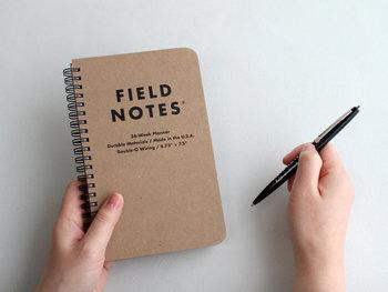 新しく覚えることや考えることが多くなりがちな新生活には、メモ帳を持ち歩く習慣も大切。どんな場所で取り出しても浮かない、シンプルなデザインを選ぶのがおすすめです。