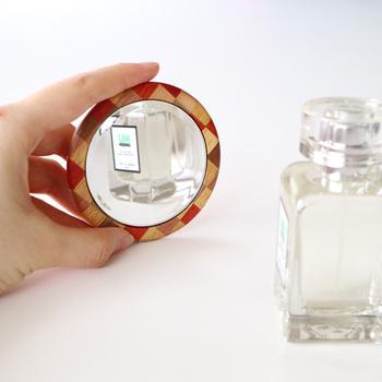 大人の身だしなみとして、手鏡やコンパクトミラーでいつでも歯やメイクのチェックができる状況を整えておくことも大切です。