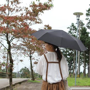 帰り道で急に雨に降られて、制服やスーツを濡らしてしまうのは避けたいところ。折り畳み傘を常備して、突然の天気にも備えましょう。