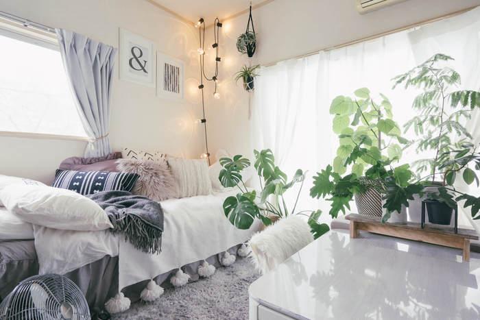 ロマンチックなお部屋は、パステルや淡い色のファブリックアイテムを。ピンクや水色だと子どもっぽくなってしまいますが、グレイッシュにまとめることで大人らしく。グリーンもいれるとアクセントになっておすすめです。