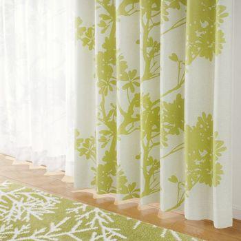 お部屋の雰囲気を変えたい時にカーテンは便利なアイテム。春らしいライトグリーンのカーテンに替えるだけで、あっという間に爽やかな空間に変身。植物模様も春の緑を感じさせてくれますね。