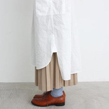 リラックス感のあるワンピースだからこそ、足元はあえてかっちりとした革靴を合わせたい。裾からのぞくプリーツスカートの揺れが、さりげなく女性らしい印象をプラスしてくれます。