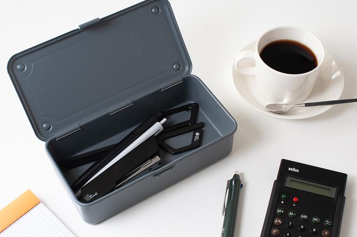 スチール製ながら、マッドな質感が大人っぽいツールボックスです。デスクで使う文房具など、さっと入れて管理するのにぴったりのサイズですね。