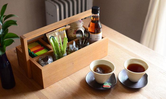 木製のツールボックスは、直線的でシンプルな作りが素敵です。お茶やテーブルで使うアイテムを揃えて入れれば、来客時もスッキリおもてなしできそう。