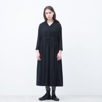 誰もが1着は持っておきたいブラックワンピース。定番中の定番ですから、素材は上質なもの、着心地が楽なもの、そして自分のスタイルにフィットするデザインを選びましょう。お気に入りが見つかったら、それはあなたにとってかなり利用価値が高く、信頼できる服になるはずです。