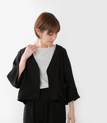 ファーマルな場面にも似合うドレッシーな雰囲気のジャケット。デザインだけでなく、自分の体形にきちんと合うかも含めて選ばないと残念なことになってしまう可能性も。急に入用になる前に、気になるジャケットがあれば、チェックしておきましょう。ノーカラーのサテン地のジャケットは使いやすくて、かなりおすすめのアイテムです。