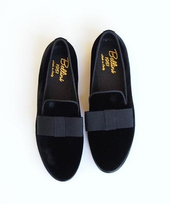 普段、ヒール靴を履きなれていなかったり、妊娠中や小さなお子さんがいる場合は、できるだけフラットなタイプの靴が安心という場合もあります。そういう時は、エナメルなどおしゃれ靴らしい素材や装飾が付いたデザインのものを選ぶといいですね。秋冬ならベルベッドも素敵ですよ。