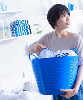 高い殺菌効果を持つユーカリは、3~5滴を洗剤に加えて使うと洗浄力がアップします。また、洗濯物の部屋干し臭を防いでくれるのは、ラベンダーやユーカリのエッセンシャルオイル。 すすぎの水に加えることで除菌力を発揮します。