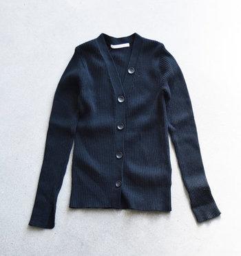 品がいいから羽織りやすい。オールシーズン使える「ネイビーカーディガン」の大人コーデ