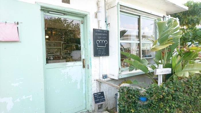 「ippe coppe(イッペコッペ)」は、下で紹介している、港川外国人住宅街にあるパン屋さん。予約をしないと品切れになることも多い人気店なんですよ。