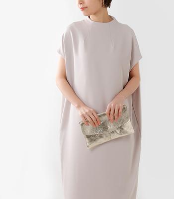 夜の正礼装はというと、イブニングドレスが最も正式なものです。イブニングドレスは袖なし、ロング丈が基本ですが、そこまで格式高い場面でなけでば、短めの丈でも構いません。そして、昼とは逆で、肩や胸元、背中が少し空いたデザインのものを選ぶと素敵です。ただ品格は大切ですので、その点は注意しましょう。ラメやサテン、タフタ、シフォンなど、パーティーらしい素材で華やかさを演出するのがポイント。また、昼夜関らず、結婚式では強すぎる色やバイカラー、大きな柄物などは似つかわしくないので覚えておきましょう。