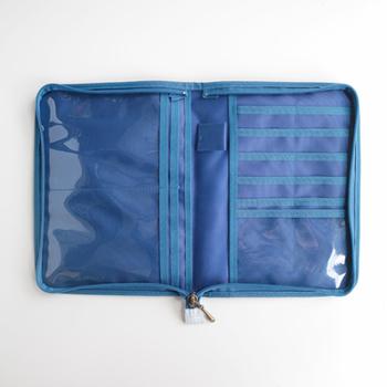 母子手帳もスッポリ収まる大型ポケット×2、カードポケット×10、通帳やパスポート用ポケット×4、写真サイズのクリアポケット×1、ペンホルダー×1と、荷物が多い方にもおすすめしたい大容量サイズ!パッと開いたときに見やすいつくりになっています。