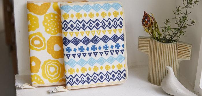 上記と同じシリーズで、黄色いお花がかわいらしい「フーラ イエロー」と爽やかな色合いの「スパンタ ブルー」の母子手帳ケース。カードや領収書の整理、旅行時のポーチなど、母子手帳以外にも様々な用途に使うことができます。