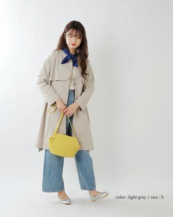 【春コーデ】  膝丈のワンピース風トレンチコートは、デニムにシルバーのバレエシューズを合わせて春らしく。スカーフとバッグでさし色と遊び心を加えれば、自分らしいトレンチコーデになります。