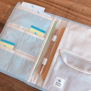 内側の布は厚みのある帆布の生地で作られています。3段のカードポケットにA5サイズの母子手帳が入る大きさの大きめポケット2つ、エコー写真や細かなものなどがしまえるフタ付きのポケット、上下差し込めてずれないペンホルダーがあり、収納も充実しています。