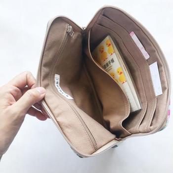縦に入るカードポケット×8、母子手帳用大きめポケット×1、ファスナー付きポケット×1とシンプルな使いやすさがあり、上部のみ開くチャック付きポーチの形なので、中身が散らばることがなく、スマートに収納できます。
