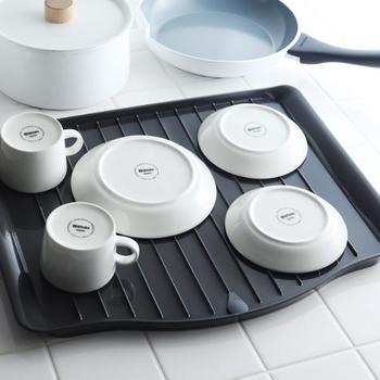 カゴタイプのように、食器から落ちた水を直接シンクに流せる「トレイ式」もありますよ。<Lacour(ラクール)ドレイニングトレー>はプラスチック製で、洗ったり乾かしたりするのも簡単。使わない時は立て掛けておけるので、邪魔にもなりません。