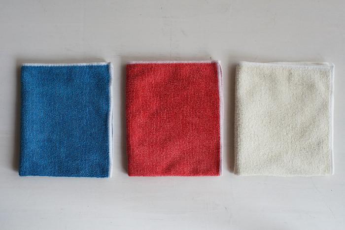 吸水性の高さから選ぶなら、マイクロファイバークロスは外せません。キッチン周りだけでなく、窓やお風呂にもお掃除アイテムとして幅広く使える<MQ・Duotex( (エムキュー・デュオテックス) Knitクロス>は、吸水性に加えて耐久性も優れているので、ぜひ水切りマットとしても使って欲しいアイテムです。こまめに洗濯できるのでクロスの汚れや臭いも気になりませんね。複数枚あると便利なので、色違いのクロスを揃えてみるのもいいでしょう。