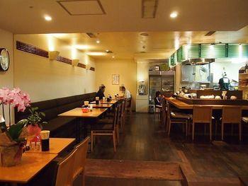 店内はカウンター席とテーブル席があります。一人でも友達とも訪れやすいお店です。