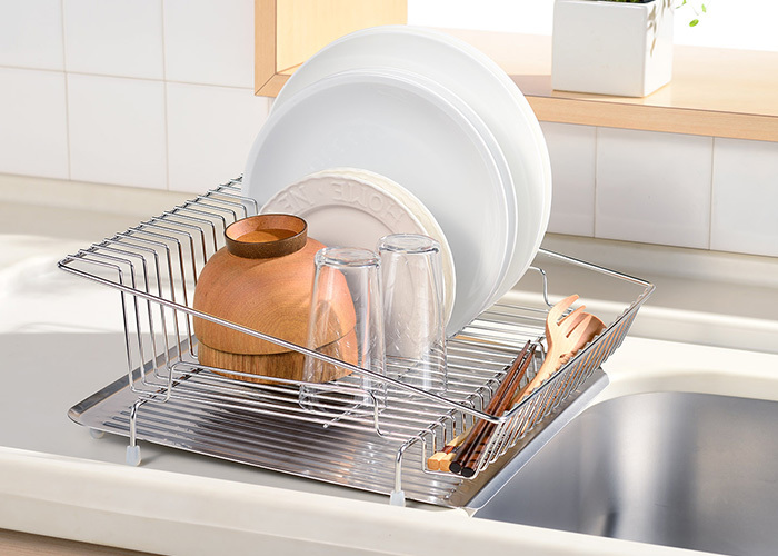 シンク横を定位置にするなら、水が溜まらないタイプも便利です。<leye(レイエ)水が流れるステンレス水切りカゴ>は、水受けトレイに傾斜があるため、落ちた水がそのままシンクに流れてくれるので、洗った食器は乾かす派の方におすすめです。ワイヤーの間隔が狭く安定してお皿が立てられるのも嬉しいですね。丈夫なステンレスは、見た目もスッキリ、どんなキッチンにも馴染みそうです。
