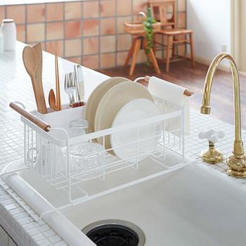 シンク横の作業スペースが狭いキッチンには、シンク上に置くタイプはいかがでしょうか。水が溜まらず、かつ省スペースな水切りカゴなら、キッチンも広々使えます。<TOSCA(トスカ) 伸縮水切りバスケット>はシンクの奥行に合わせて伸縮できる優れもの。皿立てやカトラリー入れはもちろん、ナチュラルテイストの持ち手に布巾を掛けられたり…と省スペースながらも機能性はばっちりです。