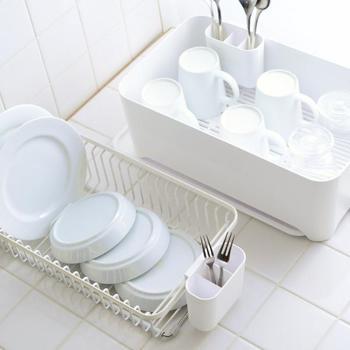 例えば… 洗い物が多い時には、【水切りケース+排水トレイ】と【ワイヤーバスケット+すのこ】の両方を使ったり、逆に洗い物が少ない場合は、どちらかの組み合わせのみ使ってみたり…。ワイヤーバスケットは伸縮可能なので、シンクの上に置いて使うこともできます。