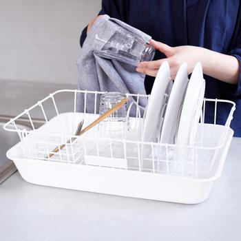 「カゴタイプ」は、お皿立てや箸立てがセットになっていることが多く、その使い勝手の良さが一番の特徴です。定番のタイプのため、取り扱いしているメーカーも多く種類豊富で、家族の人数や、キッチンの大きさなどに合わせて、サイズを選べるのも良いところ。
