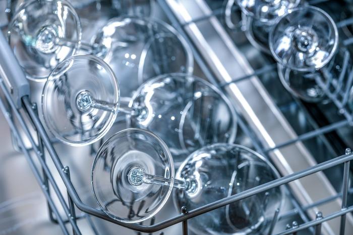 水切りアイテムは、大きく「カゴタイプ」と「マットタイプ」に分かれます。それぞれ使い勝手が大きく変わってきますので、お家のキッチンにはどの水切りアイテムが合うのか悩む方も多いかと思います。今回は、それぞれの特徴もお伝えしつつ、様々な水切りアイテムをご紹介していきます。ご自宅のキッチンにぴったりのアイテムを見つけることができれば、今より少し快適なキッチンライフを過ごせるかもしれませんよ。