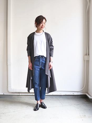 白トップスにデニムパンツを合わせて、グレーのロングカーディガンを羽織ったスタイリング。シンプルなアイテム同士の組み合わせだからこそ、甲を覆う大人デザインの黒シューズが上品さを与えてくれます。