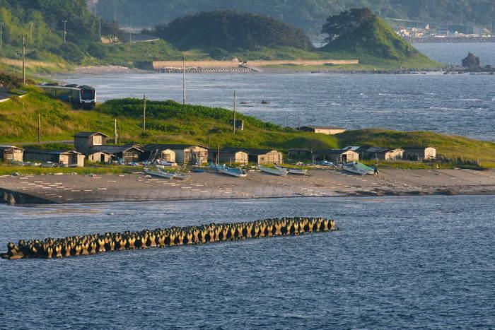 東能代駅から入るローカル線「五能線」は、海岸沿いを通るので日本海を一望できます。秋田駅から終点の青森駅までは、約5時間。ゆったり列車に揺られる旅も大人の楽しみのひとつではないでしょうか?