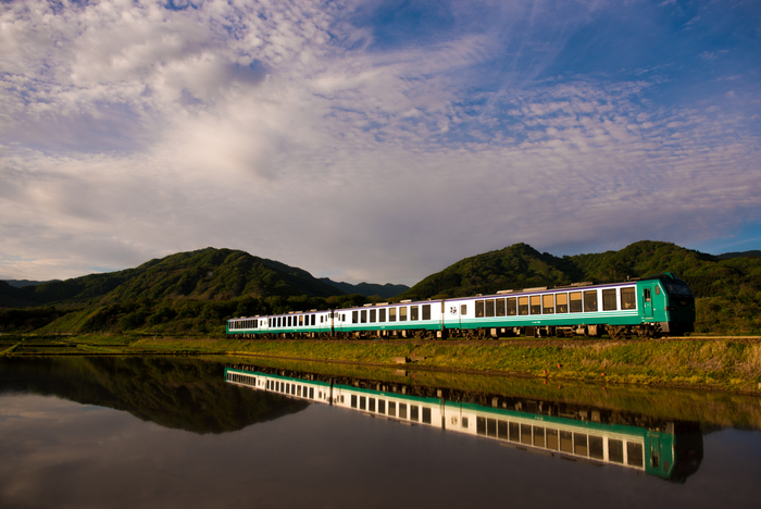 日本初のユネスコ世界遺産(自然遺産)に登録された「白神山地」に向かうなら、快速列車「リゾートしらかみ」がおすすめです。秋田駅を出発し五能線に入ると、車窓から白神山地の美しい景色が見られるのも人気の理由。